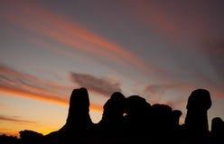 välva sig solnedgång arkivfoto