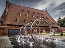 Välva sig vattenspringbrunnen i Gdansk, Polen arkivfoto