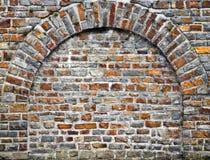 välvd brickwork som ut klipps, vaggar väggen Royaltyfri Foto
