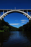 Välvd bro över floden Royaltyfria Bilder