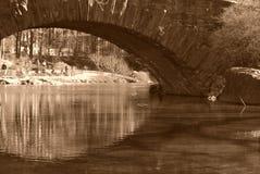 Välvd bro över floden arkivbilder