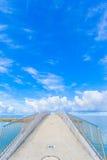 Välvd bro över havet Arkivbilder