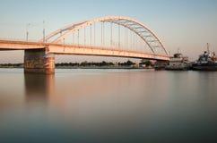Välvd bro på floden arkivbild