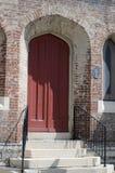 Välvd dörröppning av en kyrka Royaltyfria Bilder
