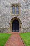 Välvd dörröppning för kyrka. arkivfoton