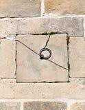 Välvd gammal stenvägg Arkivfoto