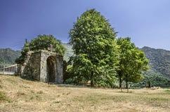 Välvd ingång med ett snidit stenkors i den Haghpat kloster Royaltyfri Fotografi