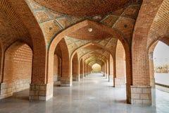 Välvd korridor i borggård av den blåa moskén tabriz Östligt Azerbajdzjan landskap iran fotografering för bildbyråer