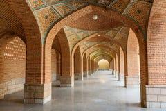 Välvd korridor i borggård av den blåa moskén tabriz Östligt Azerbajdzjan landskap iran royaltyfria bilder