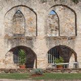 Välvd murverkborggård av den historiska gamla västra spanska beskickningen San Jose National Park royaltyfria foton