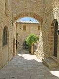välvd passageway tuscany Arkivbilder