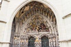 Välvd stendörr av den historiska kyrkan Arkivfoton