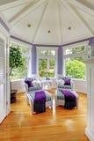 Välvd takvardagsrum i lilor tonar med två avrivna fåtöljer Royaltyfria Bilder