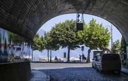 Välvd tunnelutgång från byn av Ravello Arkivfoto