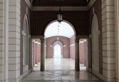 Välvd walkway för tegelsten och för sten Royaltyfri Bild