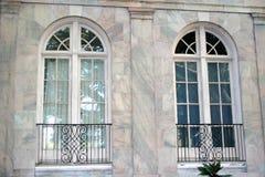 välvda fönster Arkivbild