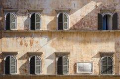 Välvda fönster på en forntida romersk vägg royaltyfri foto