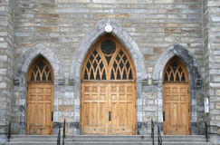 välvda kyrkliga dörrar Royaltyfri Foto