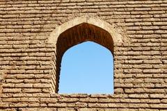 Välvt fönster i tegelstenvägg Arkivfoto