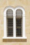 Välvt fönster med openwork stänger Arkivbild
