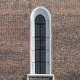 Välvt fönster med stänger Royaltyfri Foto