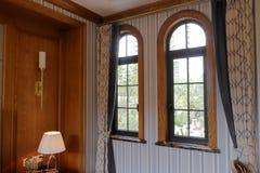 Välvt fönster och gardin Royaltyfria Foton