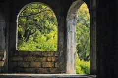 Välvt fönster och välvd dörr i ett oavslutat hus av kalksten royaltyfri fotografi