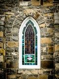 välvt kyrkligt fönster Arkivbild