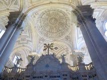 Välvt kyrkligt tak arkivbilder