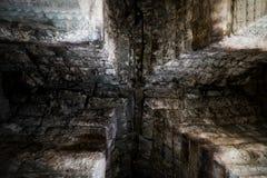 Välvt tak för sten av en forntida byggnad Medeltida stenbyggnad Bakgrund royaltyfri bild