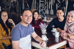 Vän som har gyckel tillsammans i ett kafé royaltyfri bild