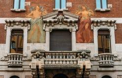 Vänd av den 20th väggmålningen för vägg för för århundradeArt Nouveau arkitektur och humanist på området för Milan ` s Porta Vene royaltyfri bild