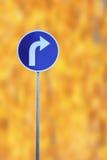 Vänd det högra trafiktecknet Arkivbild