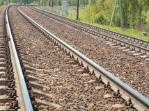 Vänd dubblett-spåret den järnväg soldagen Arkivfoto