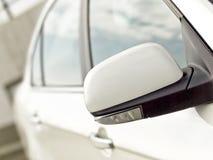 vänd för signalering för bilspegel fotografering för bildbyråer