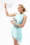 vänd händer som mot henne, ser hållen mig den allvarliga kvinnan för närliggande portait Arkivbild