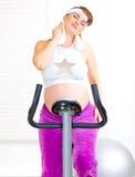 vänd henne mot gravid handdukutbildningsavtorking Royaltyfria Foton