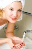vänd henne mot tvättande kvinnabarn Royaltyfria Foton