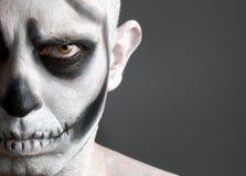 Vänd mannen som mot målas med en skalle Arkivfoton