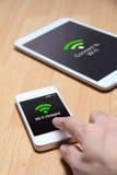 Vänd och dela din smartphone in i en hotspot Wi-Fi Arkivfoto