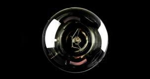 Vänd på och vänd av, med blinkaeffekt, den ljusa kulan för retro tappning med volframteknologibuilt-in på svart bakgrund, gammal  Royaltyfria Foton