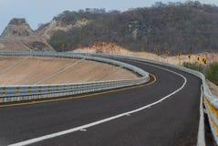Vänd rätten på vägen med bergbakgrunden Royaltyfri Fotografi