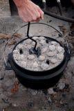 Vända ett lock för holländsk ugn Arkivfoto
