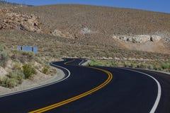 vända för väg för asfaltkurvhuvudväg Arkivbilder