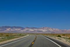 vända för väg för asfaltkurvhuvudväg Arkivfoton