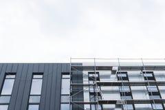 Vända mot arbeten, installation av utrustning, material till byggnadsställning Konstruktion och konstruktionsservice begrepp, bak arkivfoto