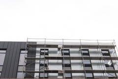 Vända mot arbeten, installation av utrustning, material till byggnadsställning Konstruktion och konstruktionsservice begrepp, bak arkivbilder