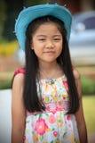 Vända mot av den asiatiska flickan med långt hår som ha på sig blåttcowboyhatten Royaltyfria Bilder