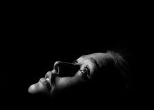 Flicka i mörkermonokromen royaltyfri bild