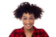 Vända mot closeupen av den lockiga haired afro amerikanen modellerar arkivfoto